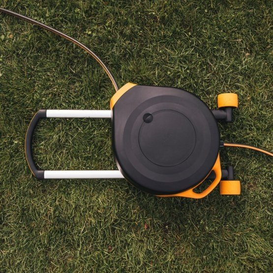 Automatyczny bęben z wężem na kółkach Fiskars 1025933