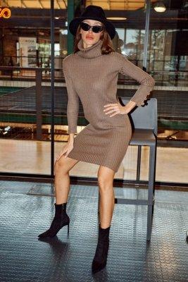 Swetrowa prążkowana sukienka z golfem i guzikami LS311 capucino