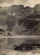 [GÓRY - Czarny Staw Gąsienicowy i Kozi Wierch - fotografia pejzażowa]. [l. 30. XX w.]. Fotografia form. 18x13 cm nieznanego autorstwa.