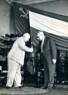 [GOMUŁKA Władysław i Chruszczow Nikita]. 1959. Fotografia form. 29,8x23,8 cm autorstwa Zenona Dmochowskiego.