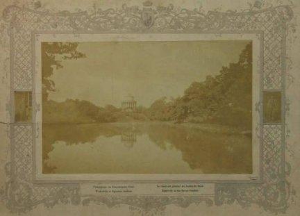 [WARSZAWA - Wodozbiór w Ogrodzie Saskim]. [ok. 1880]. Fotografia form. 17,2x27,3 cm na oryg. podkładzie form. ca 33x48 cm autorstwa Konrada Brandla w Warszawie.