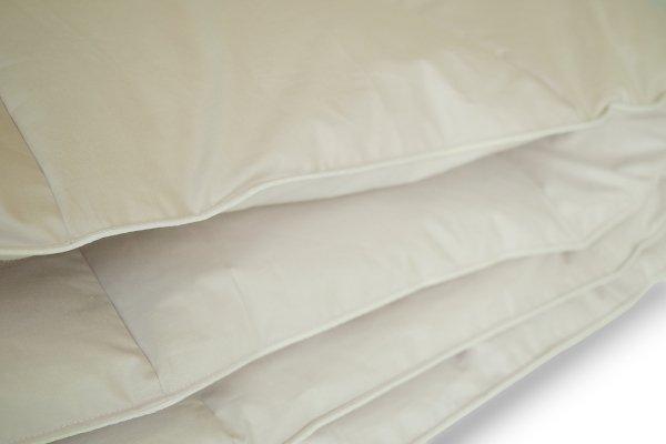 Poduszki z półpuchu obszyte są białą lamówką