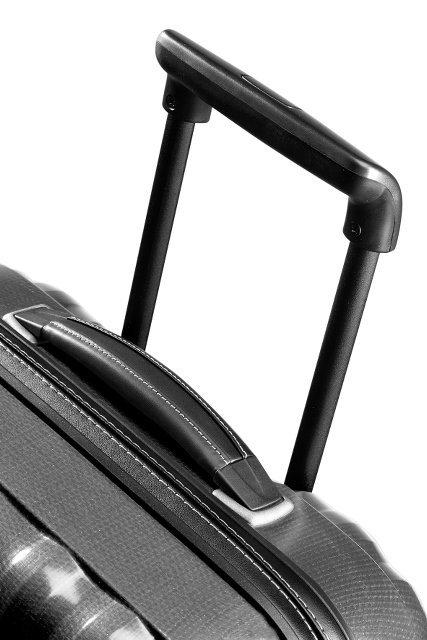 Bagaż posiada wyciągany, stopniowany stelaż, który umożliwia wygodne prowadzenie