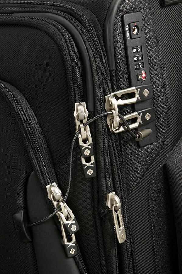 Bagaż posiada metalową linkę do spięcia wszystkich zewnętrznych kieszeni do głównego zamka szyfrującego