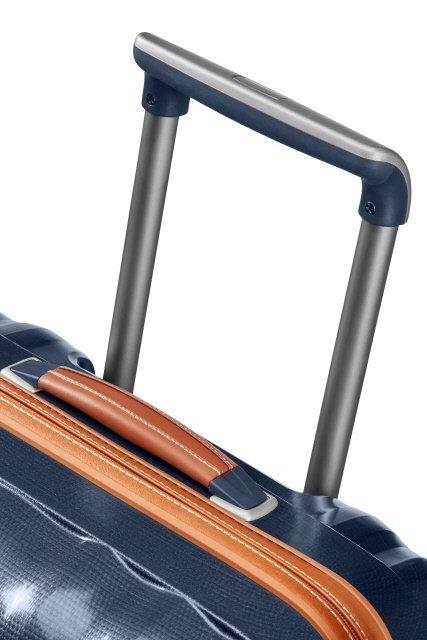 Górna rączka skórzana oraz wyciągany, stopniowany stelaż do wygodnego prowadzenia bagażu
