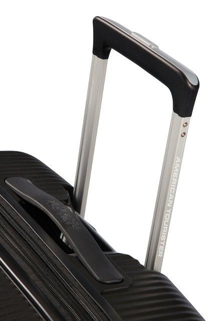 Bagaż posiada wyciągany stelaż do prowadzenia oraz rączkę u góry bagażu