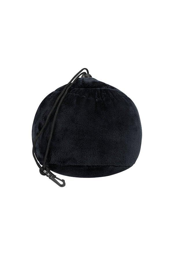 Poduszę można zwinąć w mała kulę, która nie zajmuje dużo miejsca w bagażu