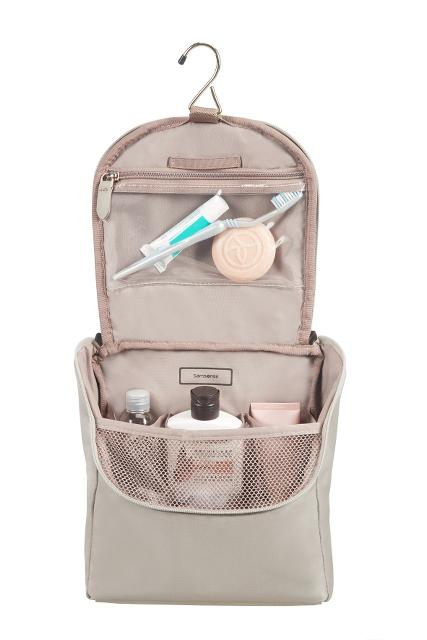 Kosmetyczka wewnatrz posiada organizer na kosmetyki, dzięki któremu kosmetyki się nie przesuwają