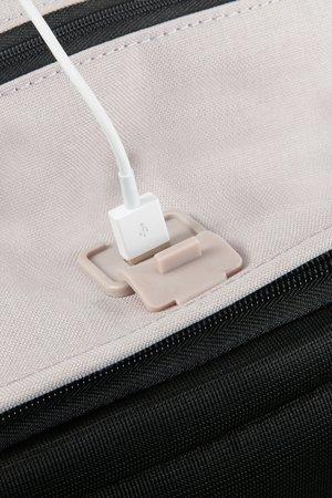Plecak posiada wbudowany port USB wraz z kablem wewnątzr plecaka oraz miejsce na powerbank