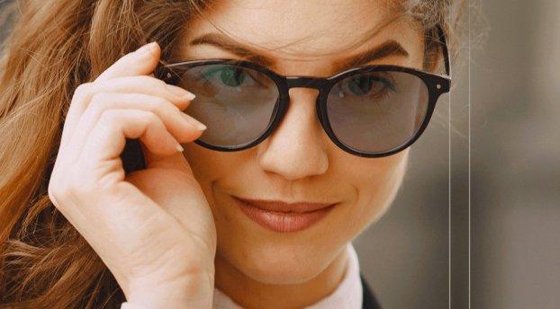 Jak optycznie wyszczuplić twarz za pomocą okularów – 3 triki stylistów