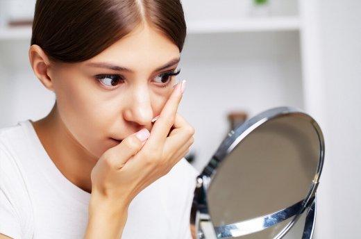 Co szkodzi oczom, gdy nosimy soczewki kontaktowe i jak o nie dbać?