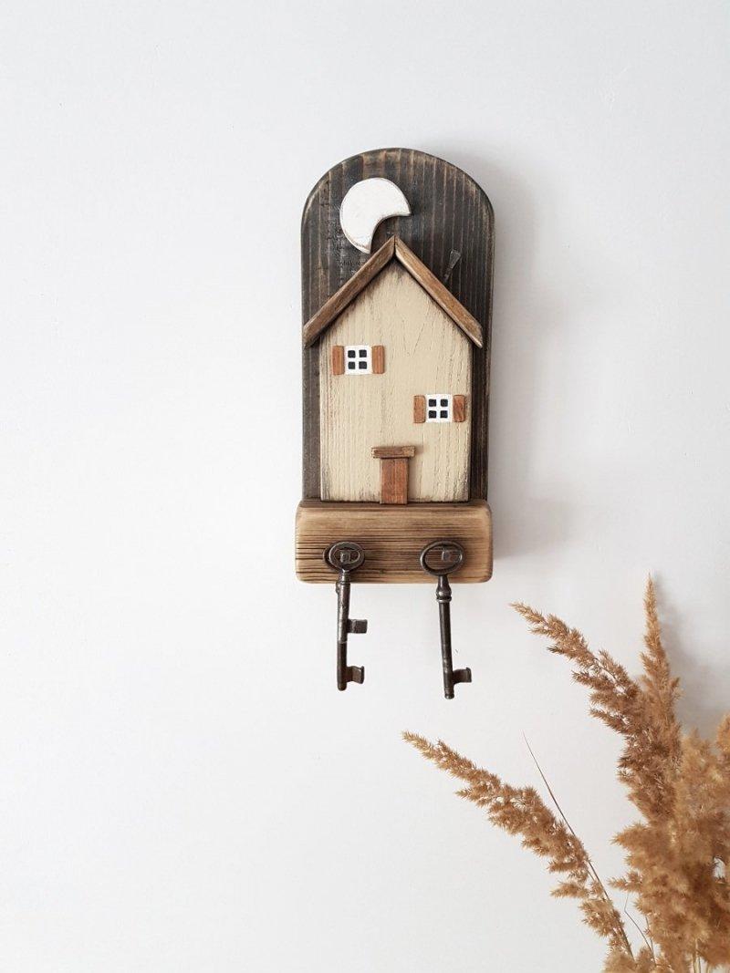 Drewniany wieszak na klucze domek księżyc beż