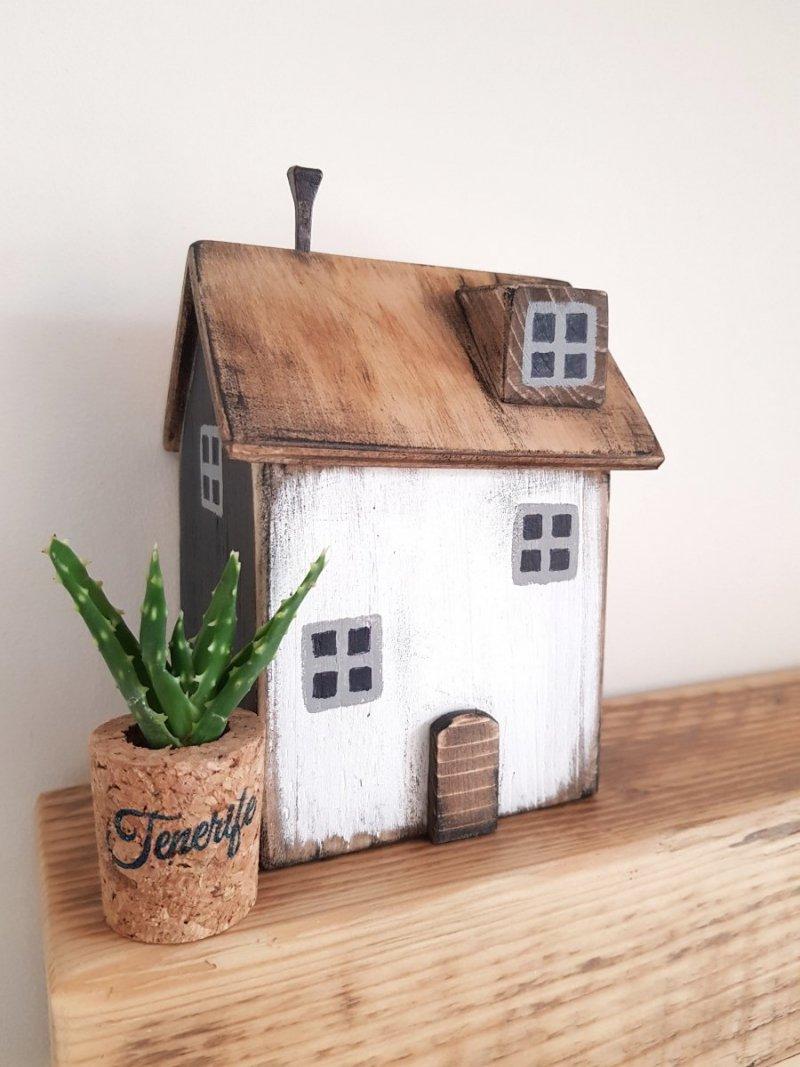 Drewniany domek biały/czarny