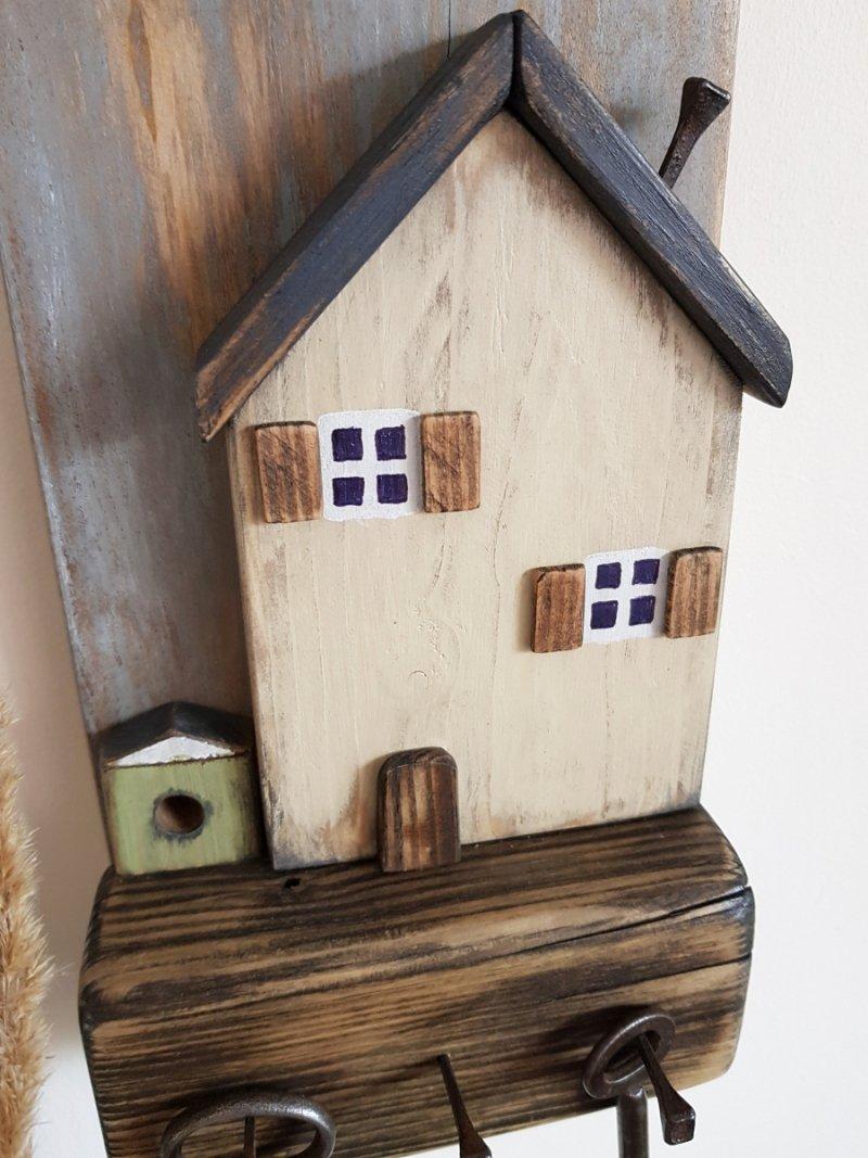 Drewniany wieszak na klucze domek beż z budą
