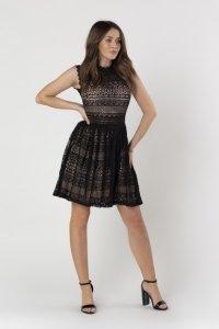 koronkowa sukienka z rozkloszowanym dołem i stójką