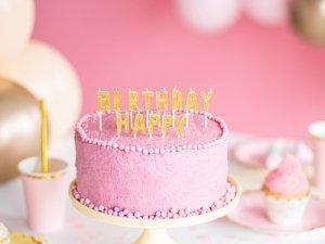 Świeczki, fontanny i toppery urodzinowe na tort