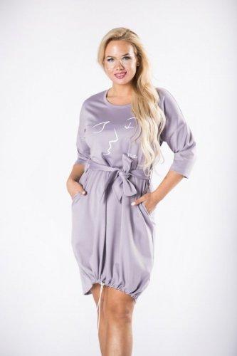 sukienka z wiązaniem w pasie i  ściągaczem na dole