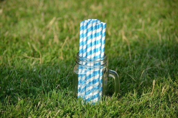 slomki papierowe w niebieskie paski