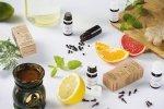 Olejki eteryczne pomagają dbać o zdrowie i urodę. Sprawdź, jak je stosować i do czego wykorzystać.
