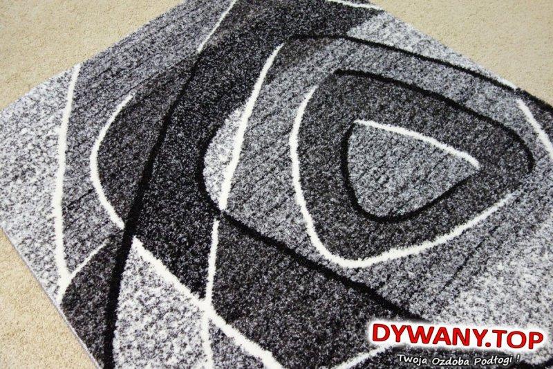 dywan w odcieniach szarości