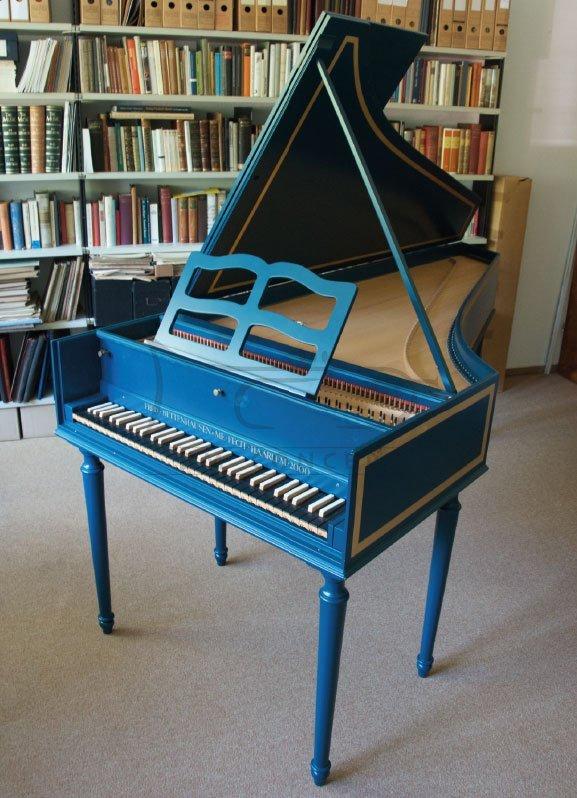FRED BETTENHAUSEN klawesyn jednomanuałowy Taskin FF-f3, kolor błękitny oceaniczny RAL5020, nogi odkręcane, instrument wykonany współcześnie na wzrór francuskiego instrumentu historycznego.