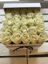 Białe żywe róże w kwadratowym białym boxie
