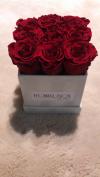 Czerwone żywe WIECZNE róże w kwadratowym kremowym velvet boxie