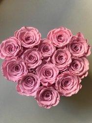 Różowe wieczne róze w małym boxe heart
