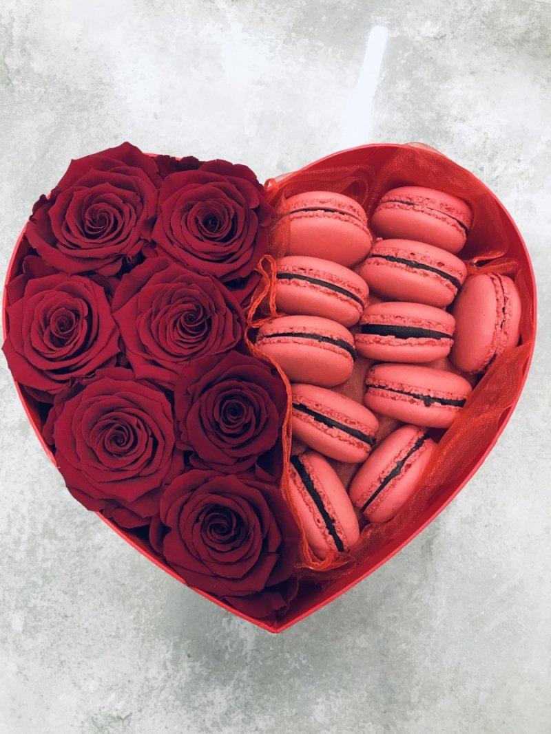 Box serce róże swieze ,żywe i ciasteczka makaroniki
