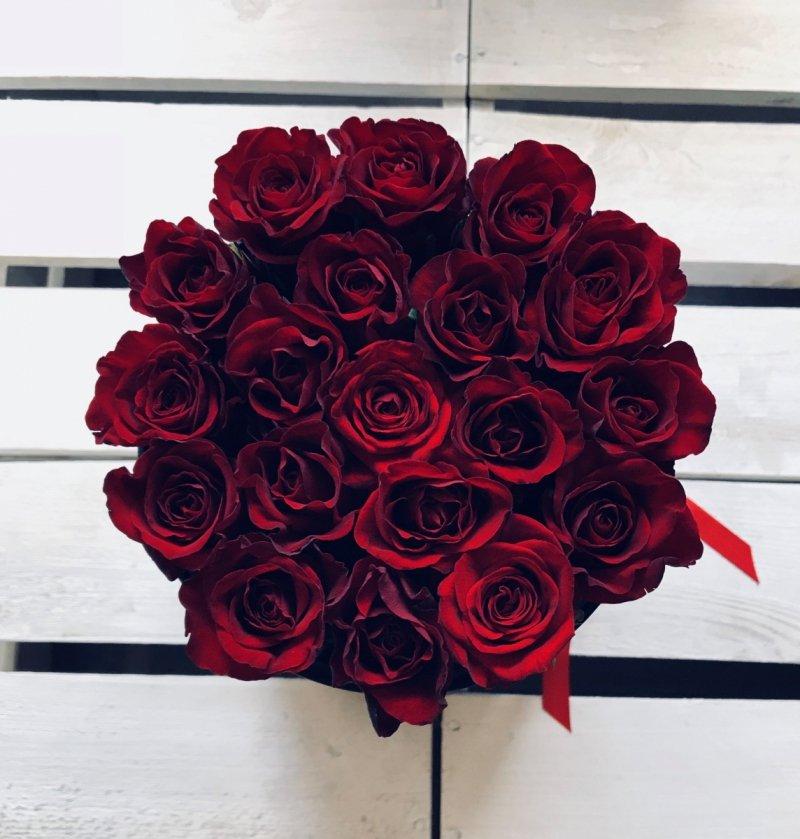 Czerwone żywe ŚWIEŻE róże w średnim czarnym boxie
