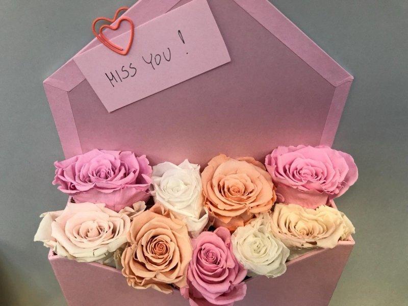 Box list z wiecznymi pastelowymi różami