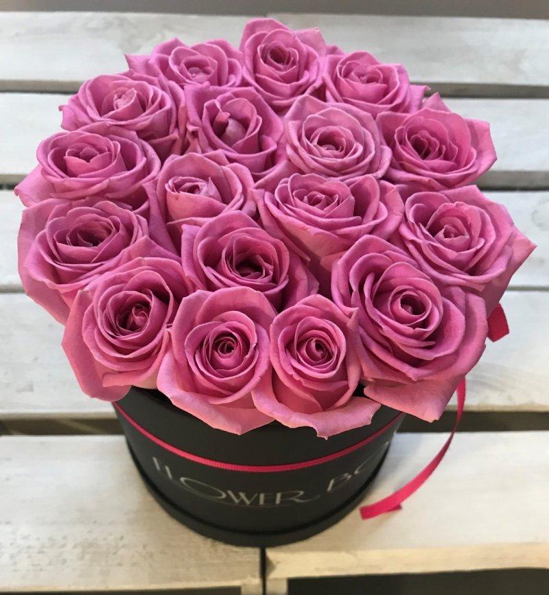 Różowe żywe ŚWIEŻE róże w średnim czarnym boxie