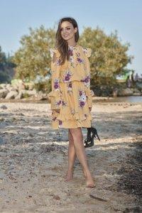 Modna sukienka z wyciętymi ramionami L276 żółty w kwiatki