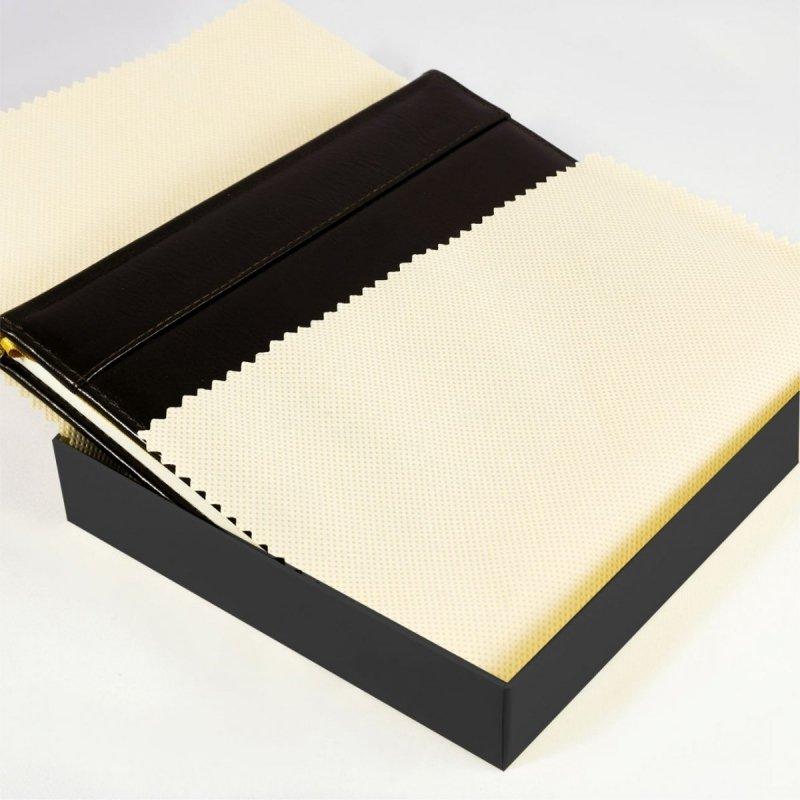 Ozdobne pudełko na kalendarz książkowy wyłożone ozdobnym materiałem
