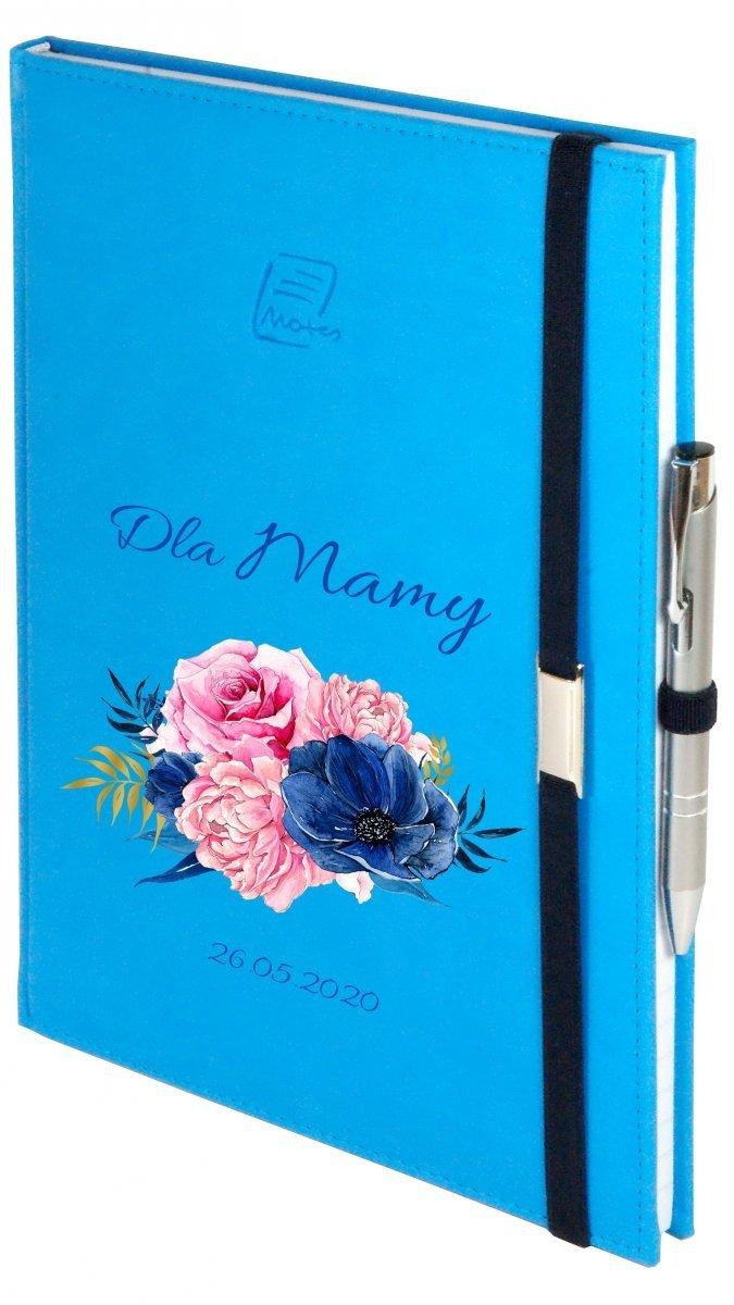 Notes A4 z długopisem zamykany na gumkę z blaszką - papier biały w kratkę - oprawa Vivella niebieska (gumka granatowa) - Z NADRUKIEM NA DZIEŃ MATKI