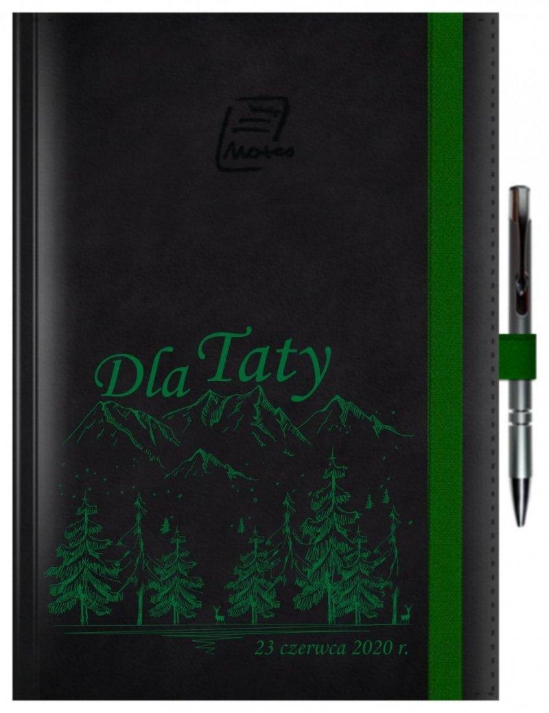 Notes A4 z długopisem zamykany na gumkę z blaszką - papier biały w kratkę - oprawa Nebraska czarna (gumka zielona) Z NADRUKIEM GÓRY NA DZIEŃ TATY
