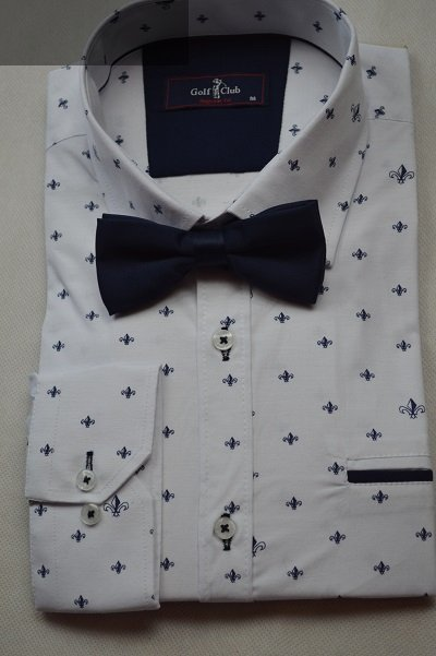 Granatowa mucha idealnie pasuje do białej koszuli w granatowy wzorek