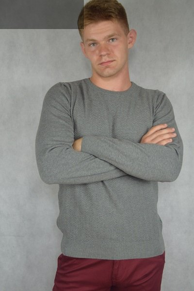 Szary sweter ze wzorem