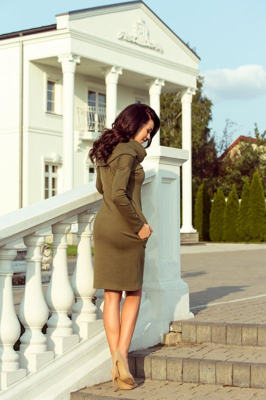 Sukienka z dużym golfem i kieszeniami - Khaki - numoco 131-8