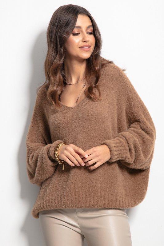 Luźny sweter z dekoltem F1066- carmel -4