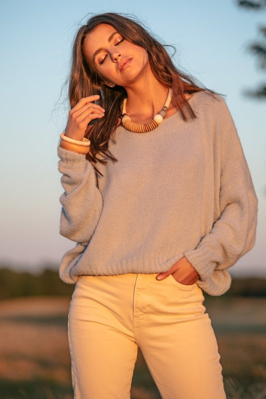 Luźny sweter z dekoltem F1066- czarny -1
