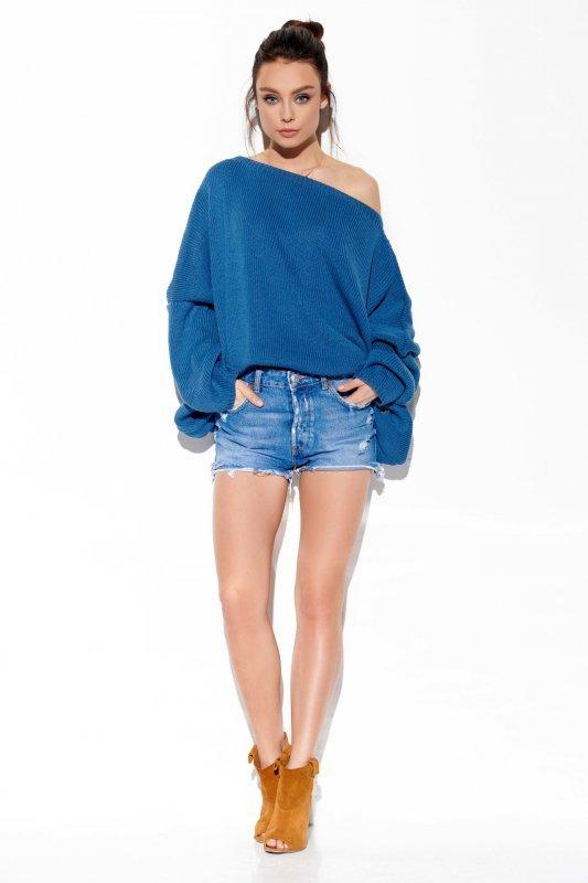 Modny oversizowy sweter odsłaniający ramię -StreetStyle LS277-jeans-3