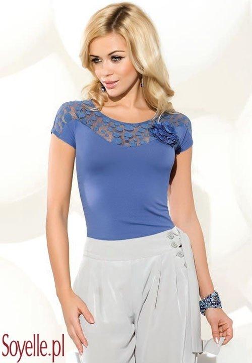 TAMARA niebieska bluzka z siateczkową wstawką i kwiatem