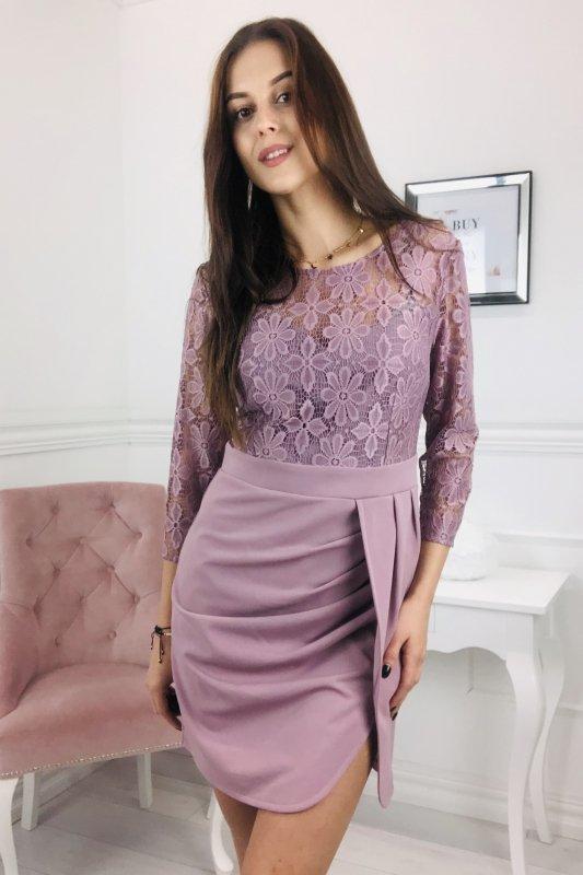 koronkowa sukienka z marszczeniami w talii
