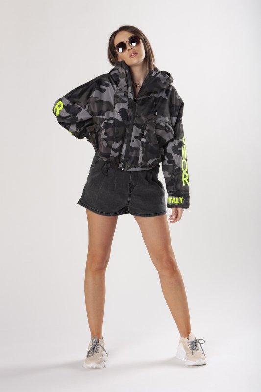 kurtka bomberka z daszkiem i neonowymi napisami