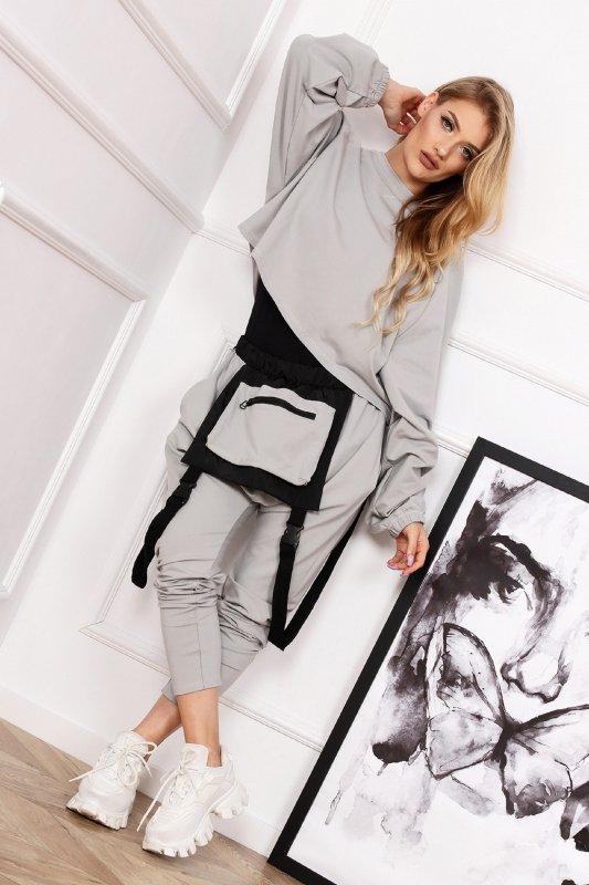 dresowe spodnie z ozdobnymi szelkami i kieszenią z przodu