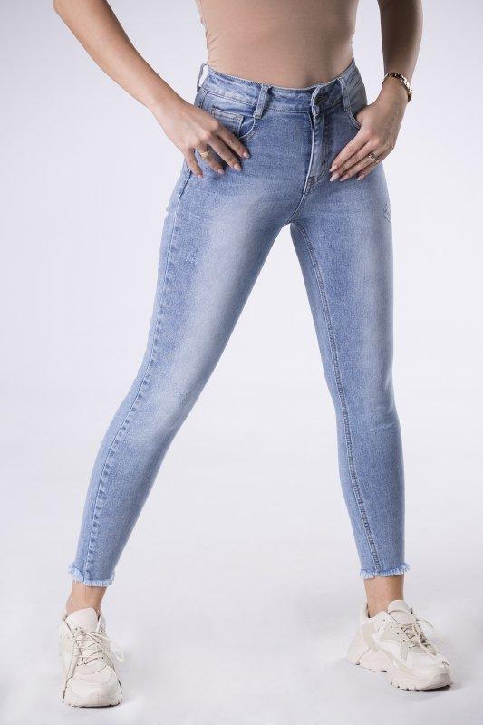 dopasowane jeansy z wystrzępionymi nogawkami