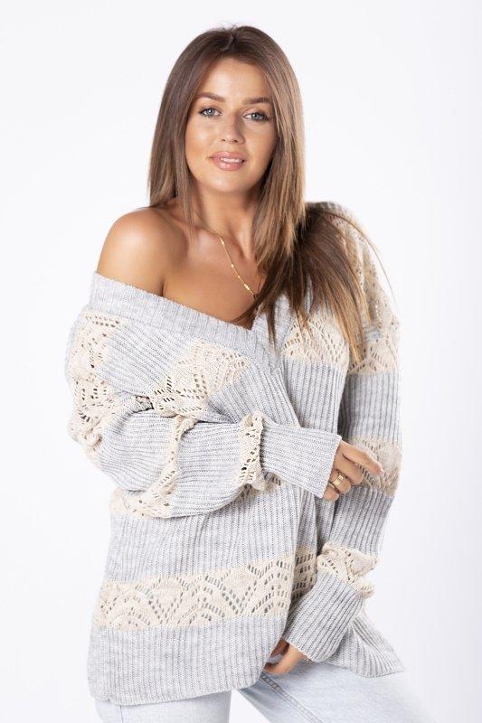 oversize'owy sweter z dekoltem w serek i luźnym splotem