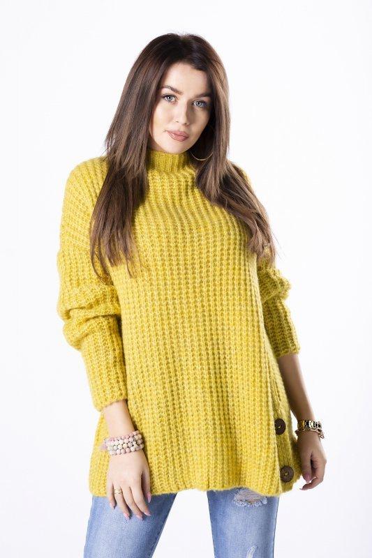 oversize'owy sweter z drewnianymi guzikami