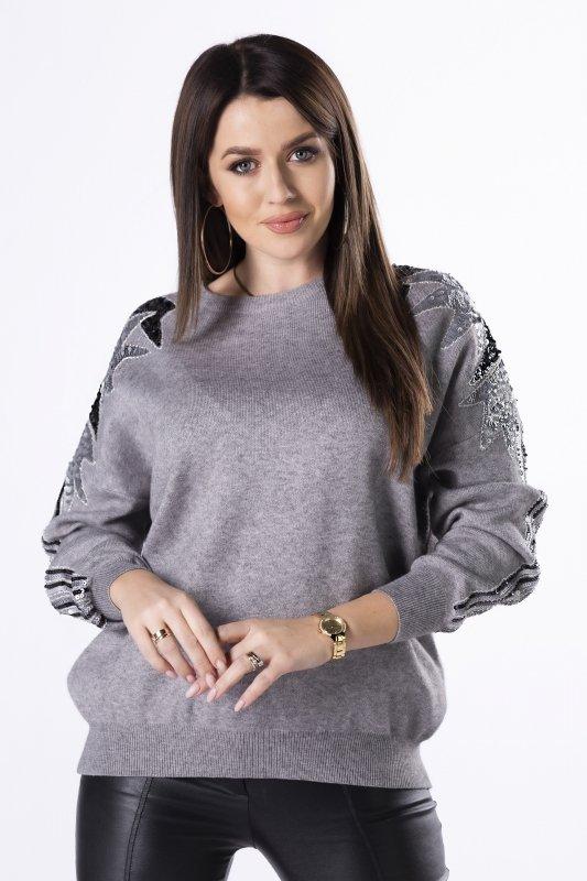 sweter z cekinową naszywką na rękawach